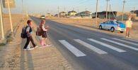 Макеты детей на дороге в Жанаозене