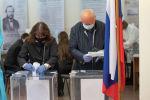 Избиратели на одном из участков голосуют на выборах в Госдуму России