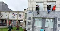 Студенты выпрыгивают из окон Пермского государственного национального исследовательского университета, в котором неизвестный открыл стрельбу.