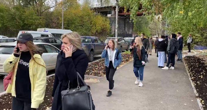 Группа молодых людей на улице Перми