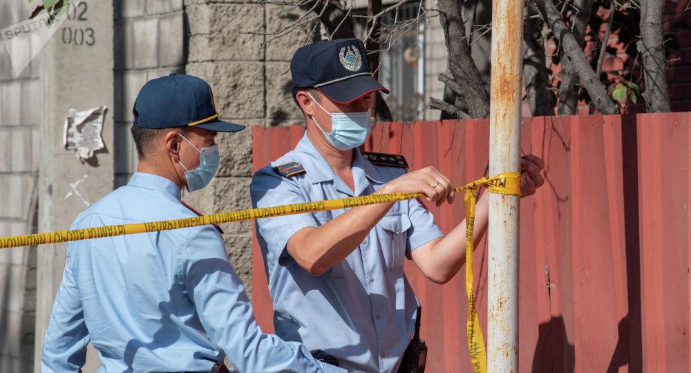 Полицейские на месте стрельбы, которую устроил Игорь Дужнов в Алматы