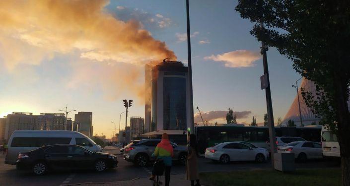 Дым над зданием Казахмыса в Нур-Султане