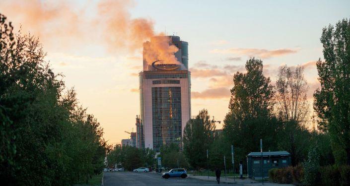 Клубы дыма над зданием корпорации Казахмыс