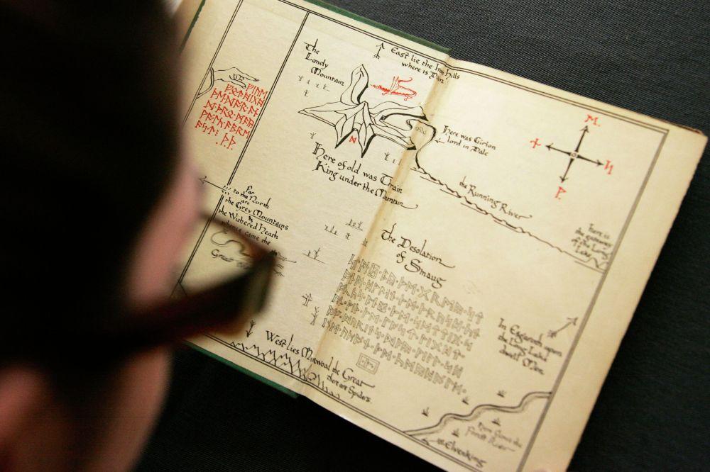 Аукционист рассматривает первое издание Хоббита