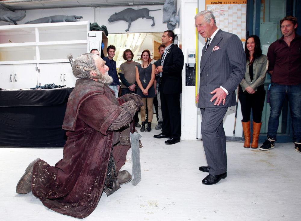 Гном Дори приветствует принца Чарльза