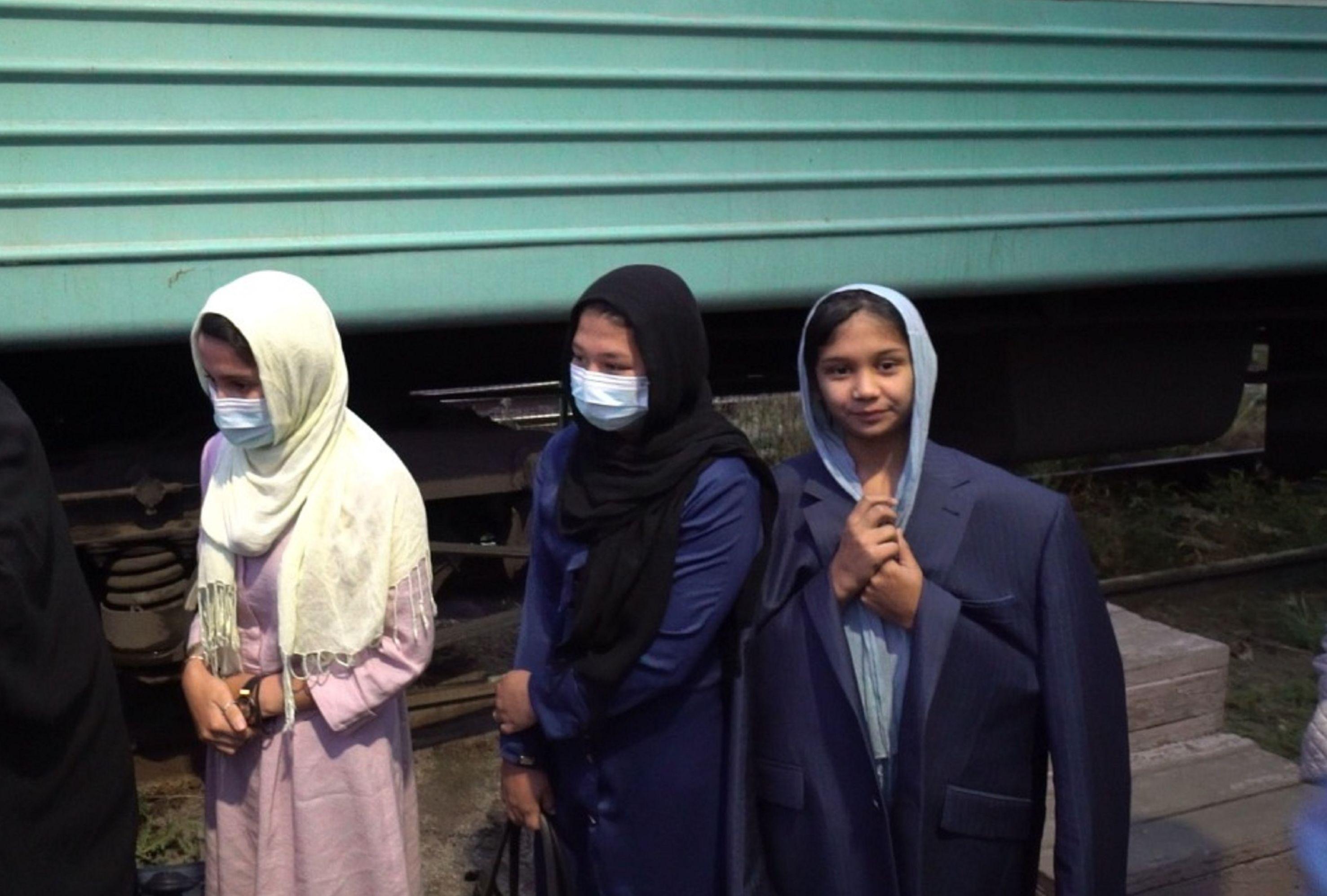 Женщины и даже маленькие девочки - в хиджабах