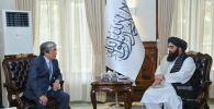 Посол Казахстана в Афганистане Алимхан Есенгельдиев на встрече с и. о. главы МИД Афганистана Амиром Ханом Муттаки