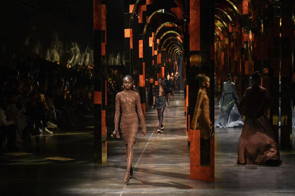 Модель носит творение Fendi из женской коллекции весна-лето 2022, представленной на Неделе моды в Милане 22 сентября 2021 года