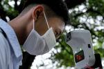 Мужчина в маске измеряет температуру