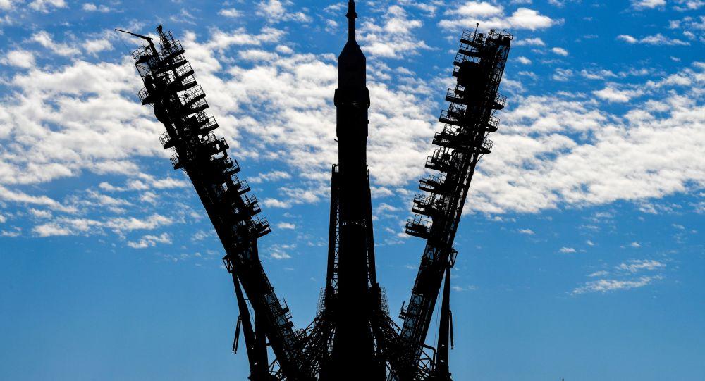 Вывоз ракеты-носителя с ТПК Союз МС-19 на стартовую площадку