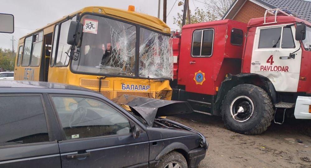 Пожарная автомашина, школьный автобус и иномарка столкнулись в Павлодаре