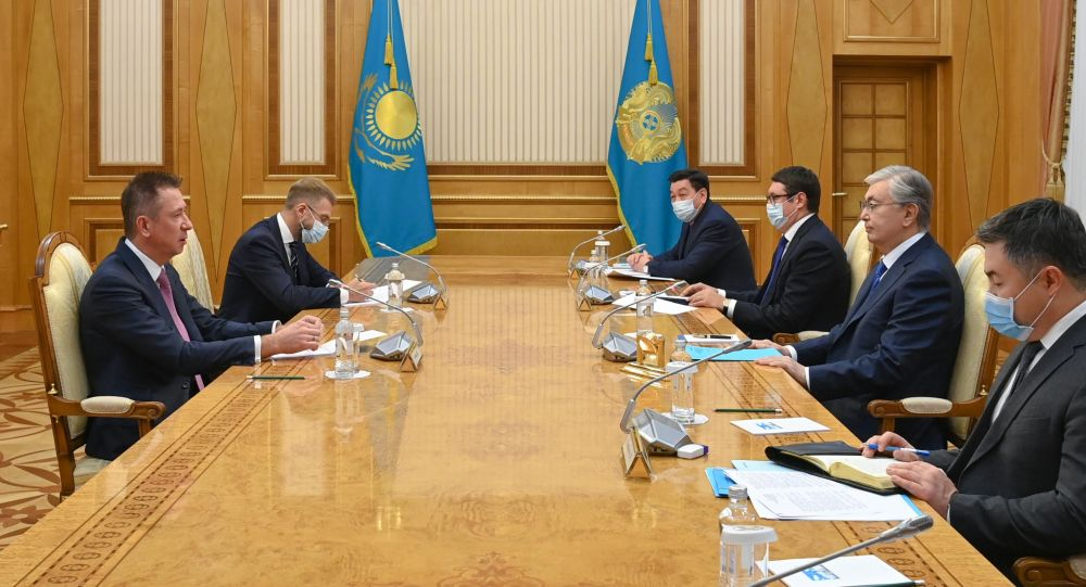 Токаев и председатель правления Сибур Холдинг Конов
