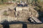 Мост с грузовиком обрушился в Кыргызстане