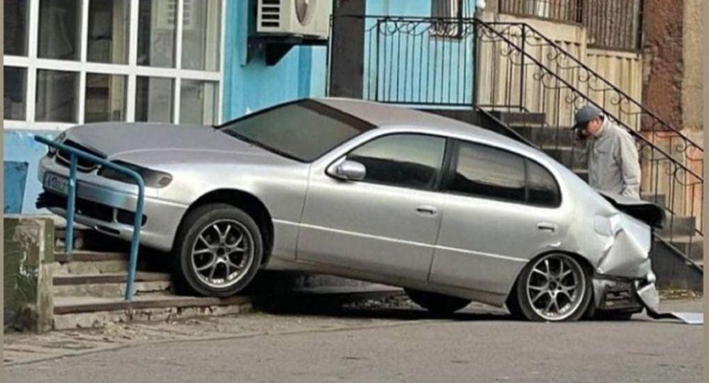 Автомобиль вылетел на крыльцо магазина