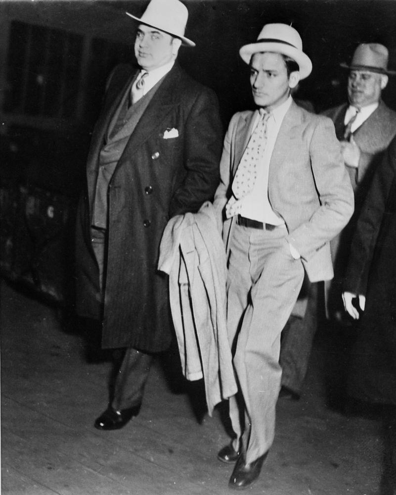 Аль Капоне перед тем, как его посадили в тюрьму Атланты 3 мая 1932 года за неуплату налогов, архивное фото