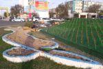 Вместо газона в Актау устанавливают пластиковое Цветочное поле за 15 миллионов бюджетных денег