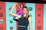 Джоти Амге и Эрика Эрвин на премьере фильма «Американская история ужасов: Шоу уродов» - прибытие в Китайский театр TCL в воскресенье, 5 октября 2014 года, в Лос-Анджелесе. (Фото Tonya Wise / Invision / AP)