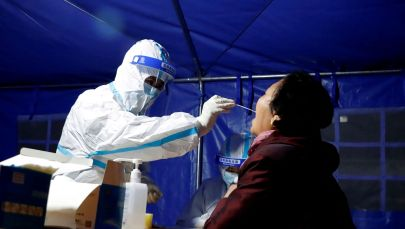 Медик делает мазок для ПЦР-теста на коронавирус