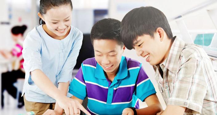Школьники во время обсуждения