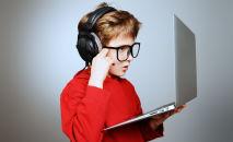 Мальчик перед ноутбуком