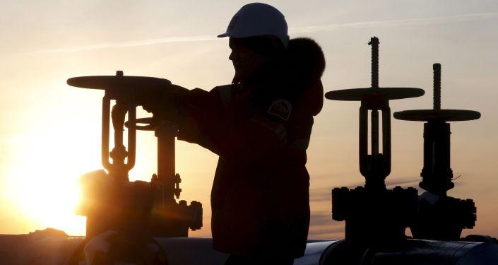 Рабочий компании Лукойл на Имилорском нефтяном месторождении