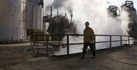 Архивное фото рабочего на нефтеперерабатывающем заводе