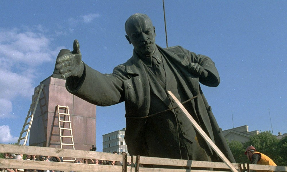 Памятник Ленину демонтируют после распада СССР