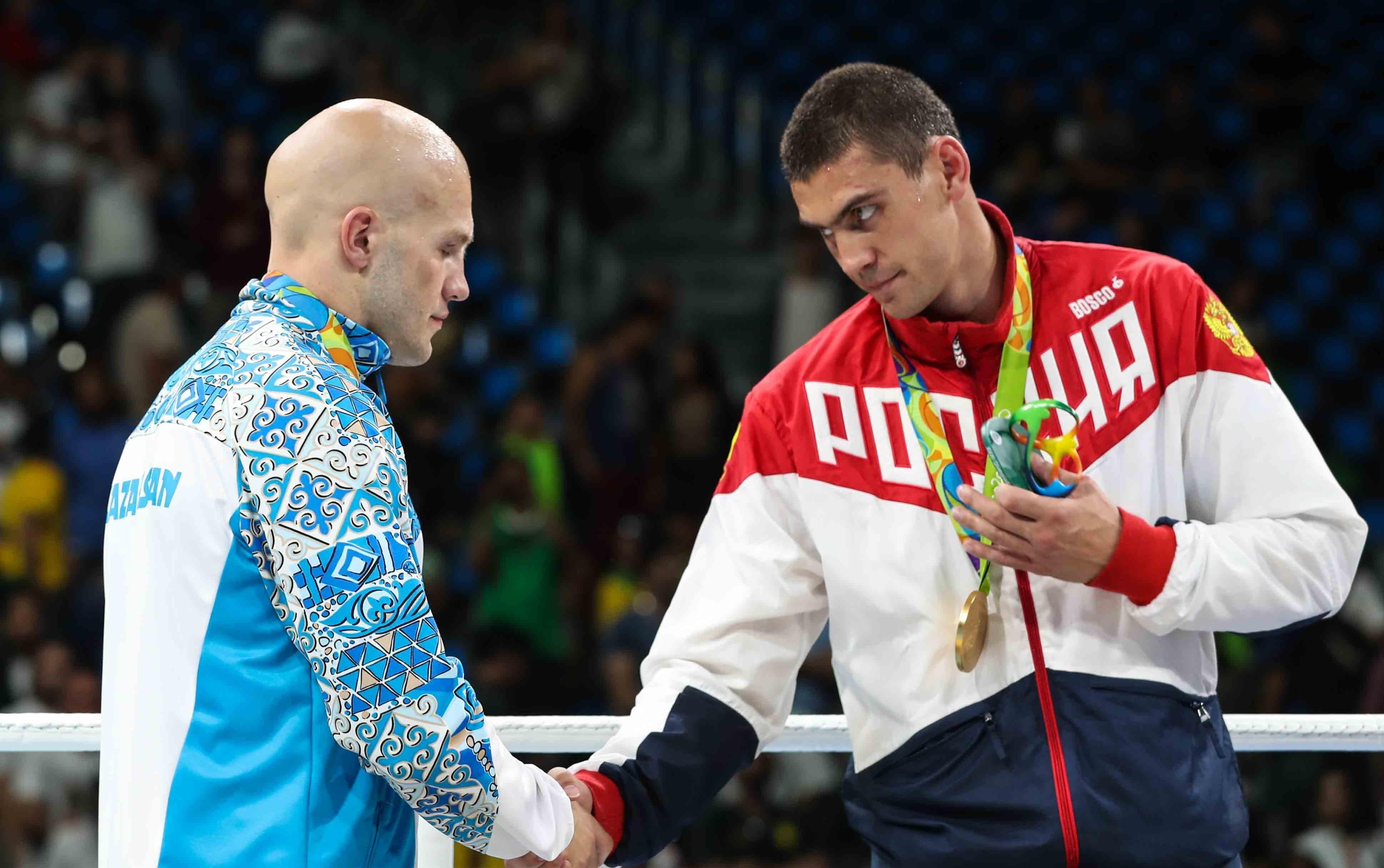 Казахстанский боксер Василий Левит и россиянин Евгений Тищенко