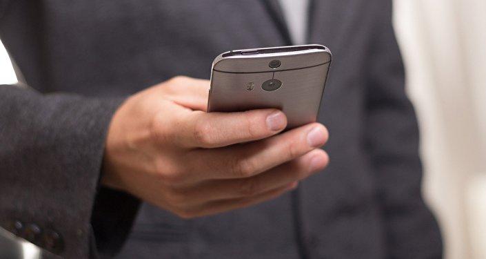 Бизнесмен с мобильным телефоном