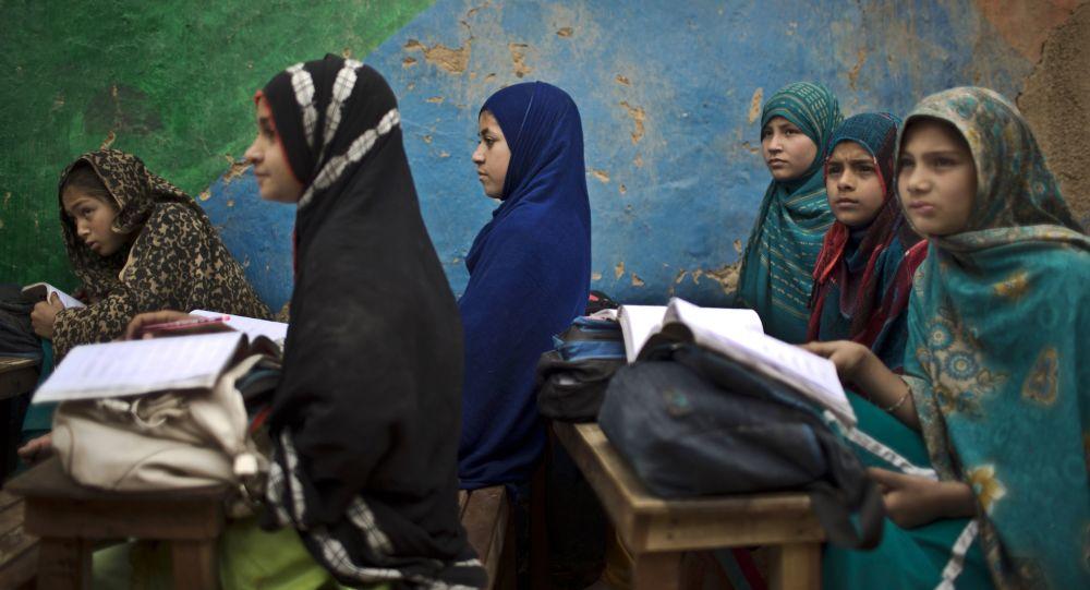 Афганские дети в школе в Пакистане