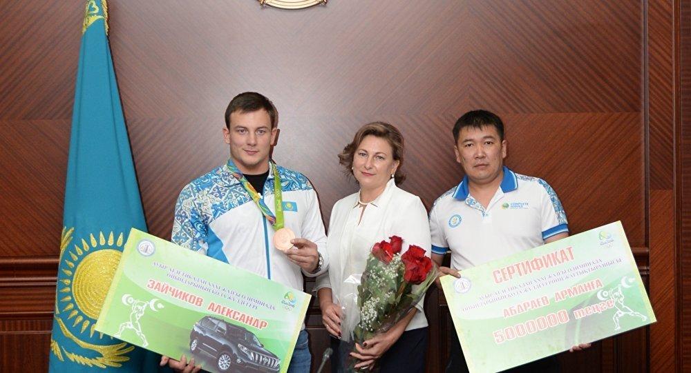 Аким Кызылординской области вручил ключи от нового внедорожника олимпийскому призеру Александру Зайчикову.