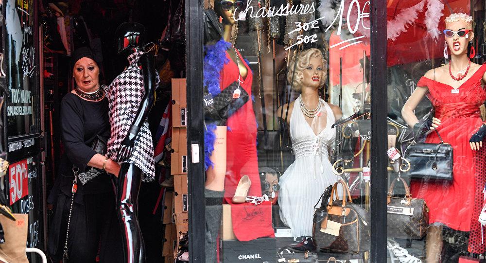 Архивное фото женщины в магазине одежды