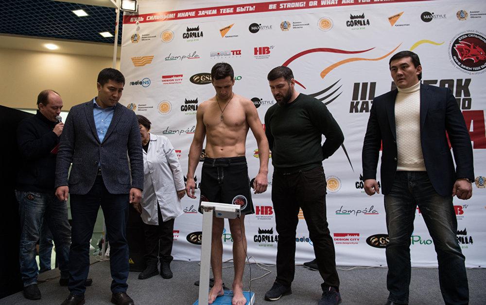 Боец из Караганды Дмитрий Ермолаев во время процедуры взвешивания
