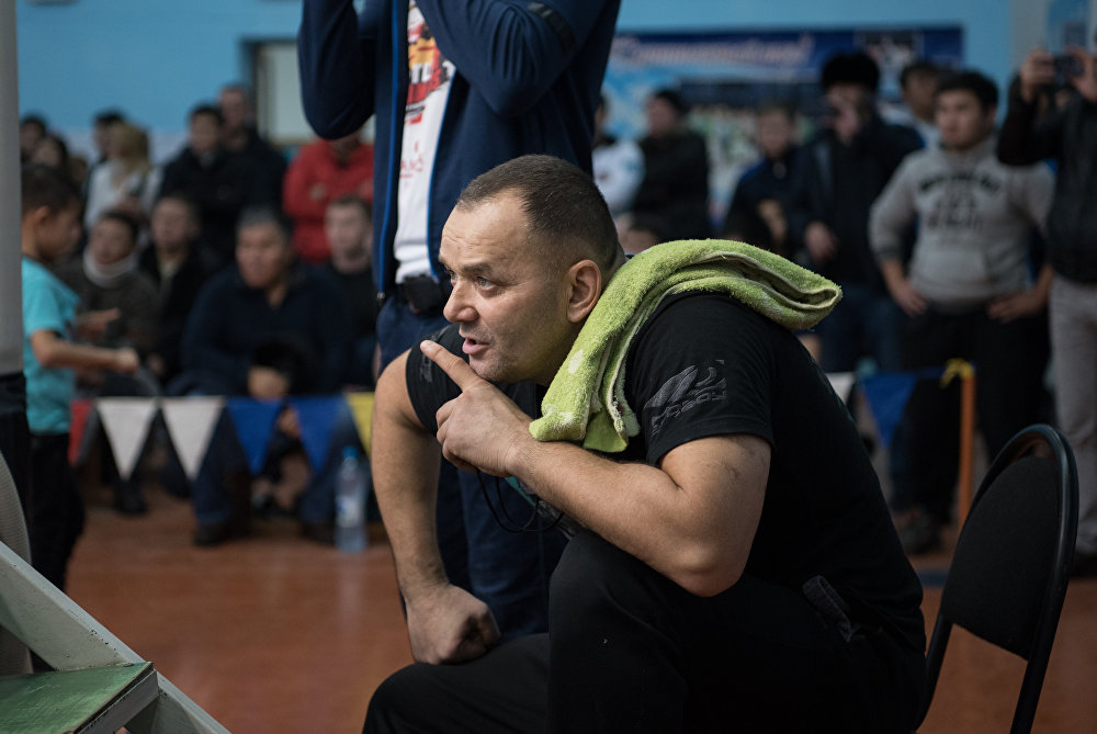 Главный тренер национальной сборной по ММА Казахстана Баян Жангалов дает указание своему воспитаннику во время боя