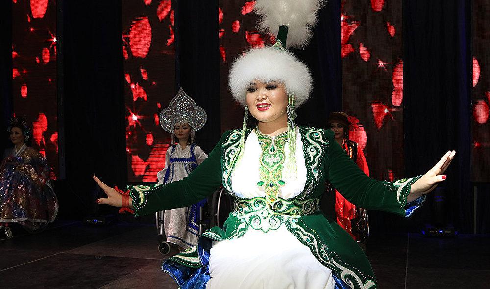 Қыздар финалда сахнаға әлем халықтарының ұлттық киімдерімен шықты.