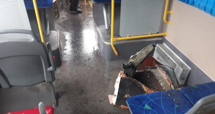 Крышка люка пробила днище автобуса на ул. Халлиулина