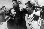 Рядовой Широбоков встретил своих сестер, спасшихся от смерти, 1943 год