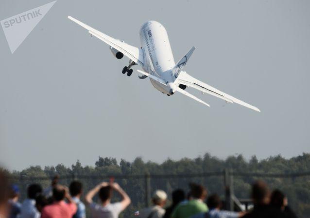 Самолет Сухой Суперджет-100, архивное фото