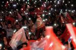 Сторонники оппозиционной народной партии машут турецкими флагами во время митинга протеста после того, как Высшая избирательная комиссия решила провести повторные выборы мэра в Стамбуле