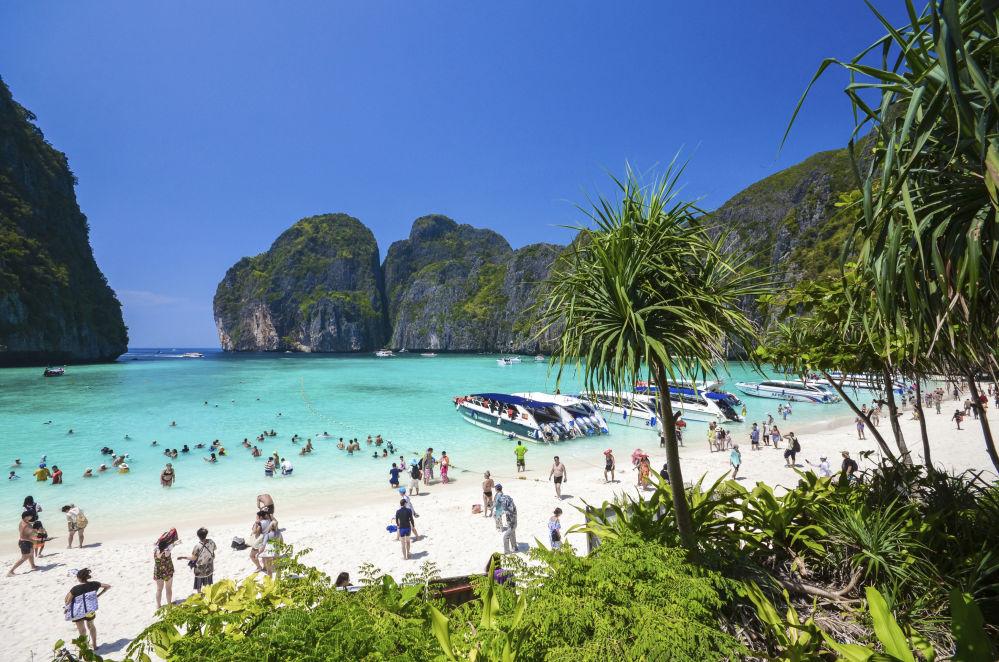 Туристы на пляже Maya bay на островах Пхи-Пхи в Таиланде