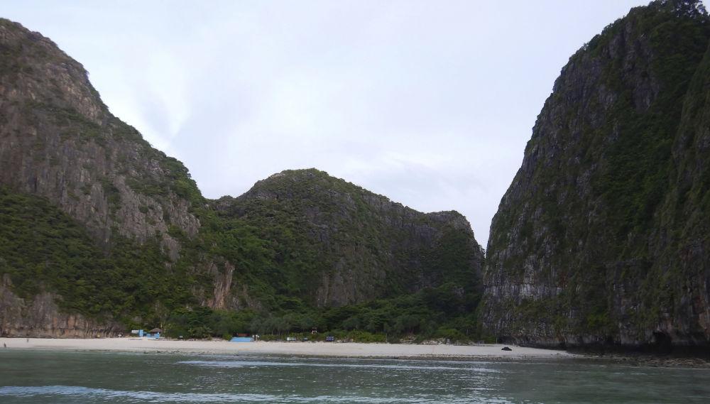 Закрытый для туристов пляж Maya bay на островах Пхи-Пхи в Таиланде
