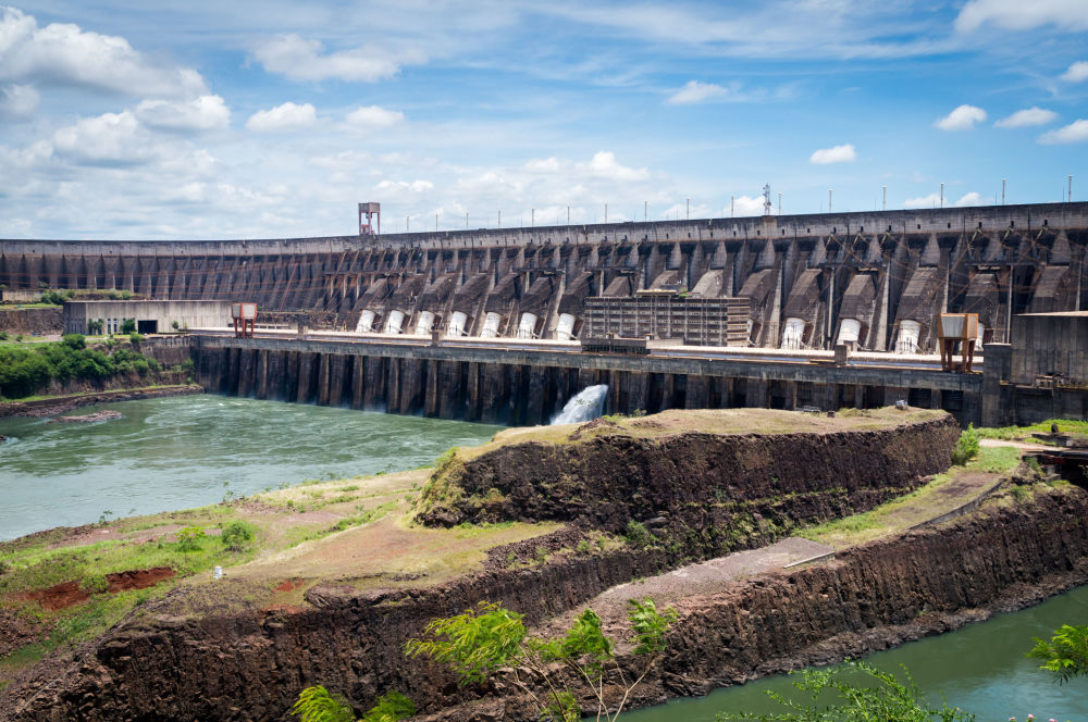 Гидроэлектростанция Итайпу на реке Паране на границе между Парагваем и Бразилией