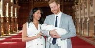 Принц Гарри и Меган, герцогиня Сассексская со своим новорожденным сыном в Виндзорском замке