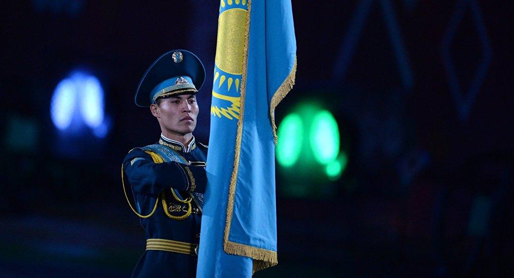 Архивное фото знаменосца роты почетного караула и оркестра президентского полка Айбын