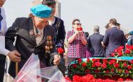 Возложение цветов к Вечному огню в День Победы в Нур-Султане