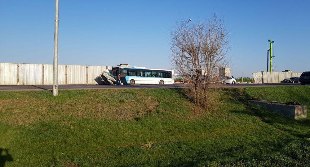 Автобус снес ограждение на проспекте Кабанбай батыра