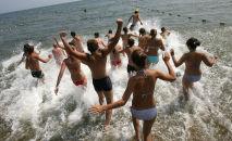 Дети купаются в водоеме