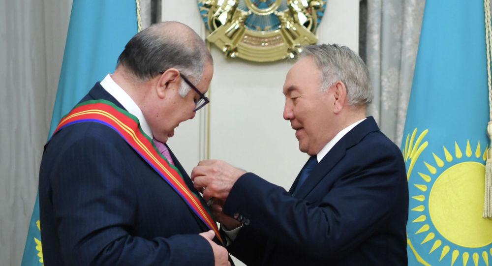 Первый президент Казахстана Нурсултан Назарбаев наградил учредителя компании USM Holdings Алишера Усманова орденом Достық