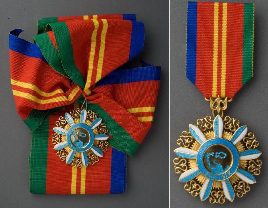 Орден Достық (Дружба) I степени (слева) и орден Достық (Дружба) II степени