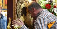 Люди идут потоком: чудотворную Феодоровскую икону привезли в столицу Казахстана